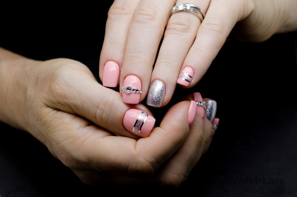 Elegant short pink nails with diamonds